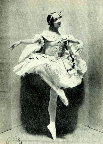 Хрупкая балерина с горящими глазами была принята на петербургскую сцену императорской балетной труппы.