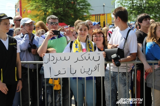 «Спасибо, Азмун!» - написано на плакате болельщицы. Молодое дарование Сердар Азмун ушёл из «Ростова».