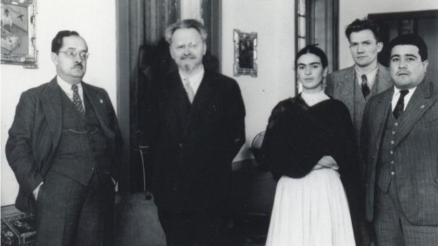 Фрида Кало На память она подарила ему автопортрет «Между портьерами».