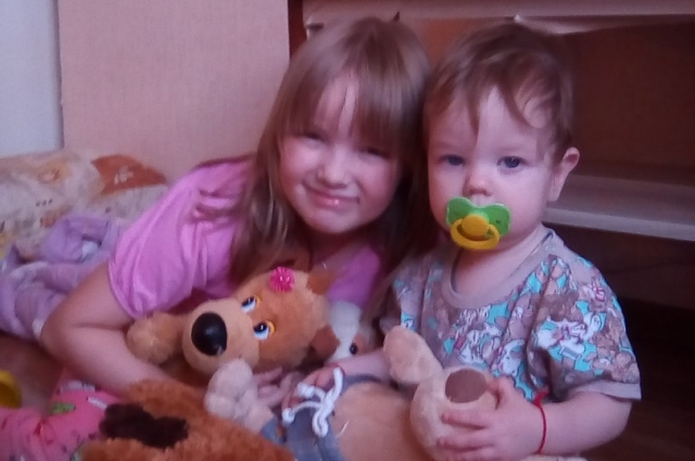 Дети дружат, Сашенька развлекает Валеру.