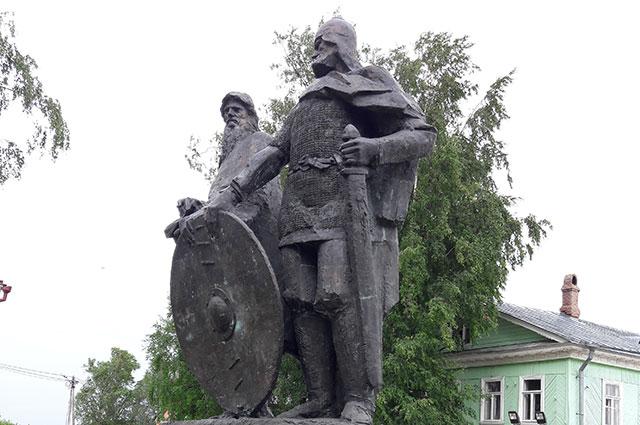 Памятник Рюрику и Вещему Олегу в Старой Ладоге.