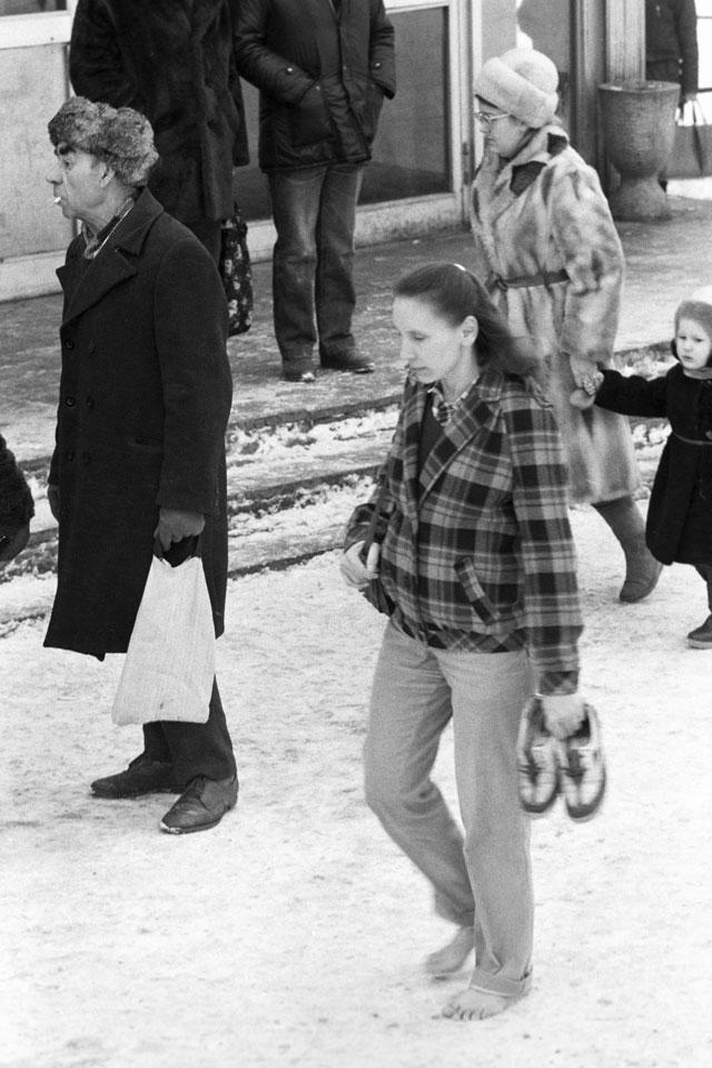 Последовательница учения Порфирия Иванова ходит босиком по снегу. 1992 г.