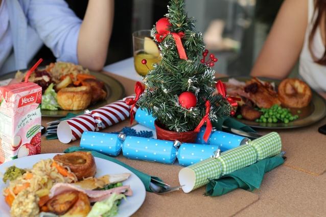 На столе обязательно должны присутствовать атрибуты праздника.