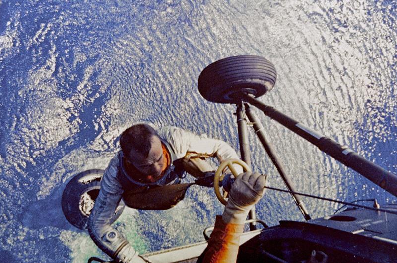 Спасатели на вертолетах поднимают из воды вернувшегося из космоса Алана Шепарда
