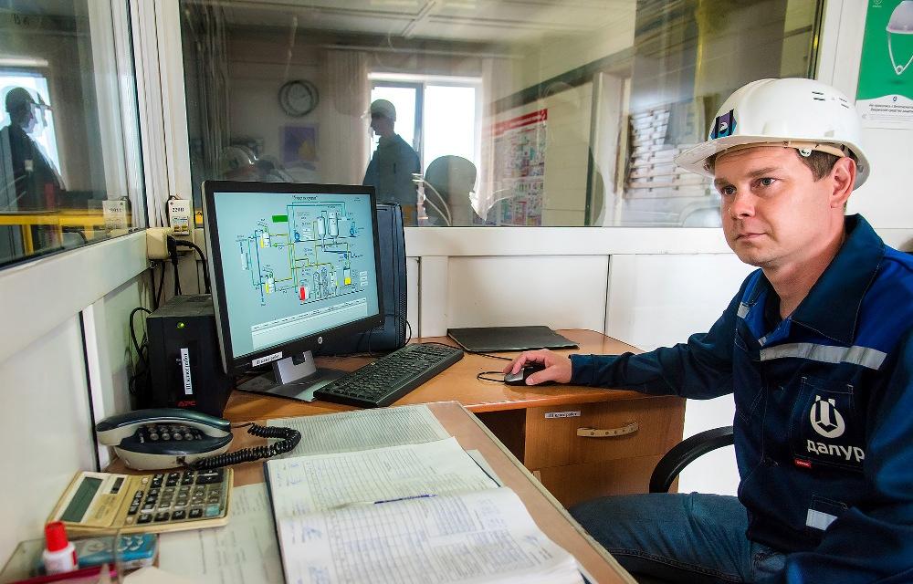 Оператор контролирует процесс на экране компьютера.