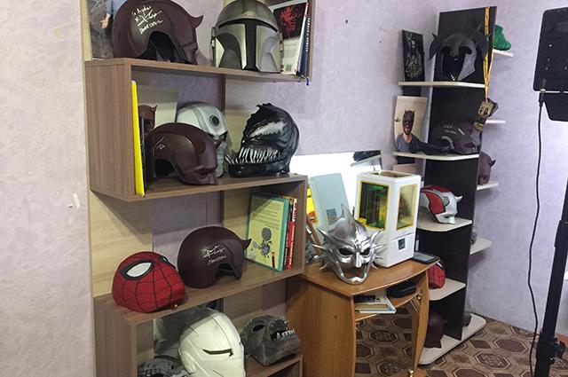 Братья коллекционируют шлемы и маски с автографами известных актеров.