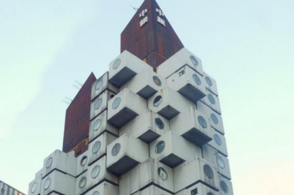 Небоскрёб Nakagin Capsule Tower. Размер каждой «коробки»: длина 2,3 метра, ширина 3,8 метра, высота 2,1 метр.