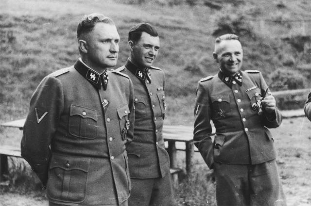 Освенцим, 1944 год. Слева направо: Ричард Баер (комендант Освенцима), доктор Йозеф Менгеле и Рудольф Хесс (бывший комендант Освенцима).