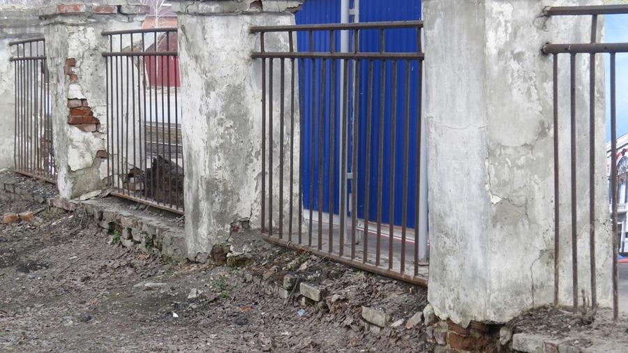 Забор тоже не в лучшем состоянии.