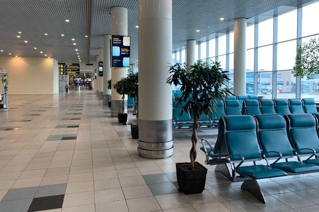 Аэропорт непривычно пуст.