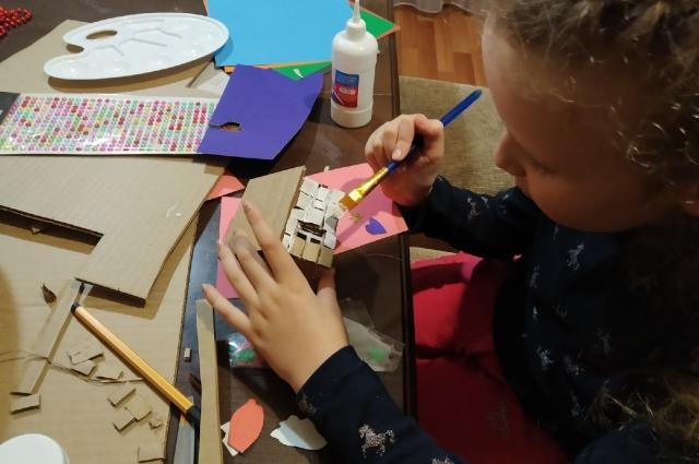Разукрасить маленький домик и не испачкаться – почти ювелирная работа.