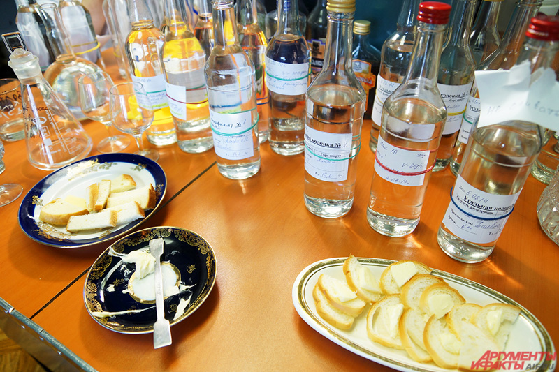 Тарелки с закусками на столе дегустаторов: миниатюрные бутерброды с маслом