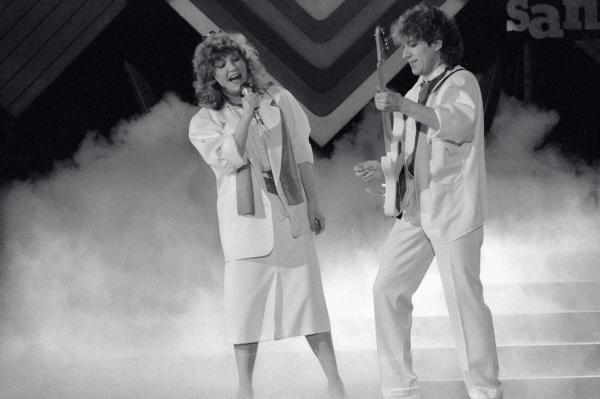 04 апреля 1986 г. Эстрадные певцы Алла Пугачёва (слева) и Владимир Кузьмин (справа) во время выступления