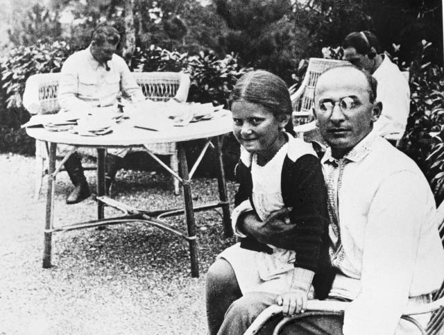 Глава НКВД Лаврентий Берия с дочерью Иосифа Сталина Светланой Аллилуевой. На втором плане Сталин.