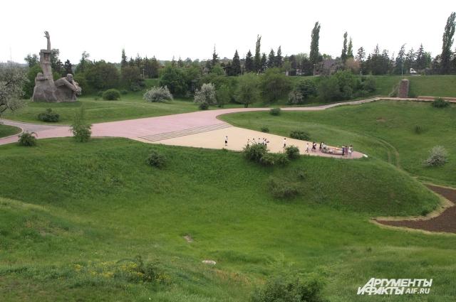 Мемориал Змиевская балка. Здесь в августе 1942 г. гитлеровцы расстреляли более 27 тысяч мирных жителей Ростова-на-Дону
