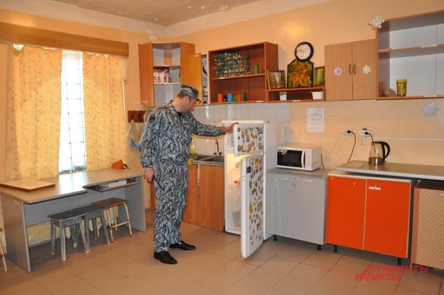 В колонии есть небольшая кухня, где заключенные хранят продукты, которые они получают в передачах. Здесь же можно выпить чаю, но готовить не разрешается