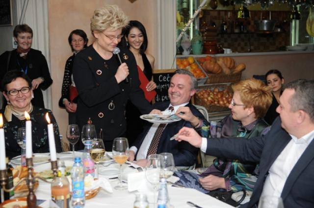 Елена Малышева даже на праздничном вечере смогла собрать 100 тысяч рублей в фонд-именинник.