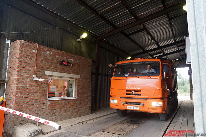 Дальше мусоровозы проезжают на так называемый входной контроль на полигон.