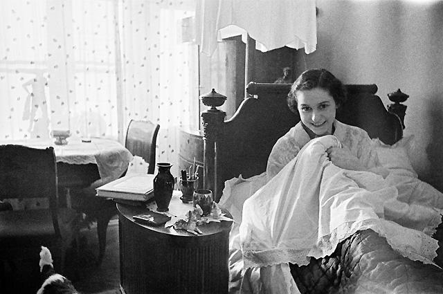 Ольга Лепешинская у себя дома. Москва, 1940 год.