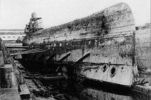 Линейный корабль Императрица Мария после постановки в док и откачки воды, 1919 год.