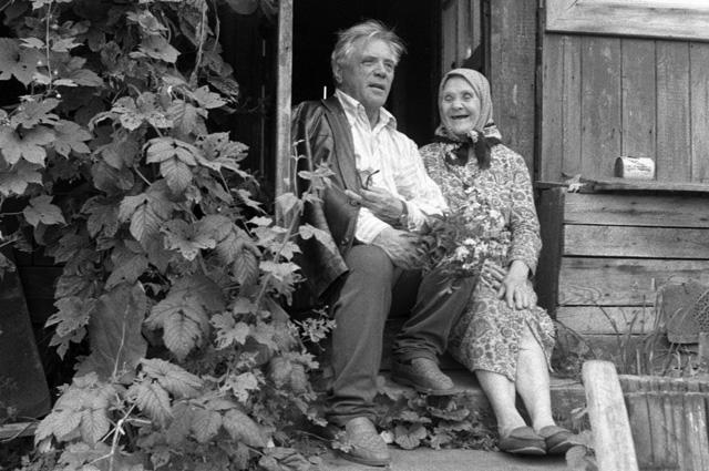 Виктор Астафьев беседует со своей тетей на пороге ее дома. 1987 год
