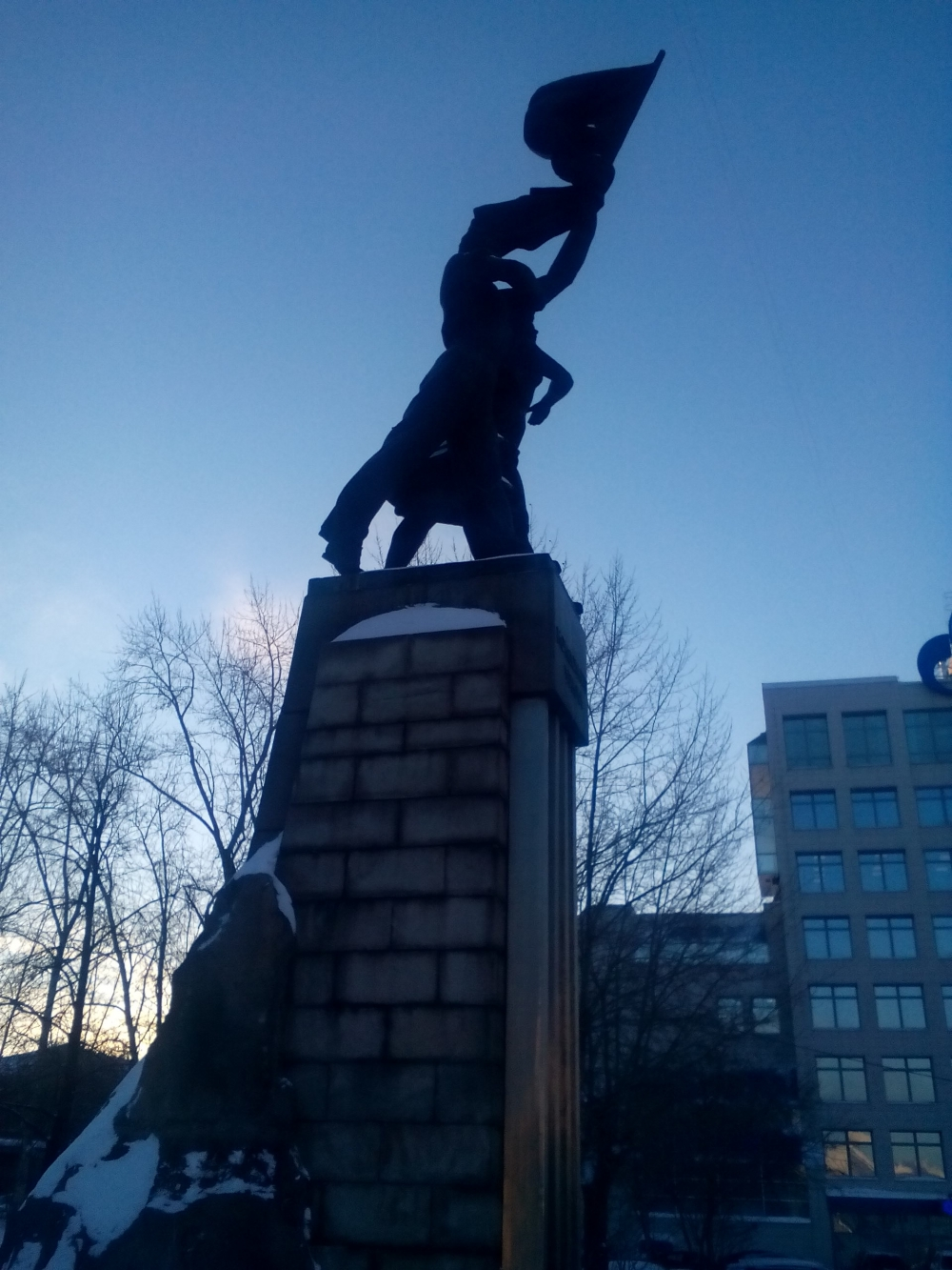 Памятник комсомолу никто не спешит снести.