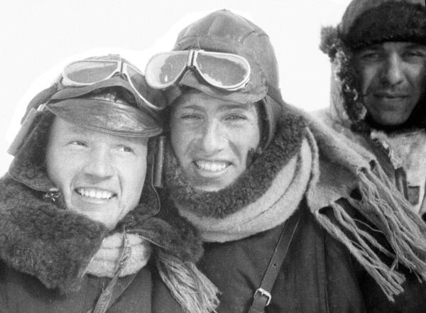 Лётчики, принимавшие участие в спасении экспедиции с парохода Челюскин . Слева Герой Советского Союза Николай Каманин