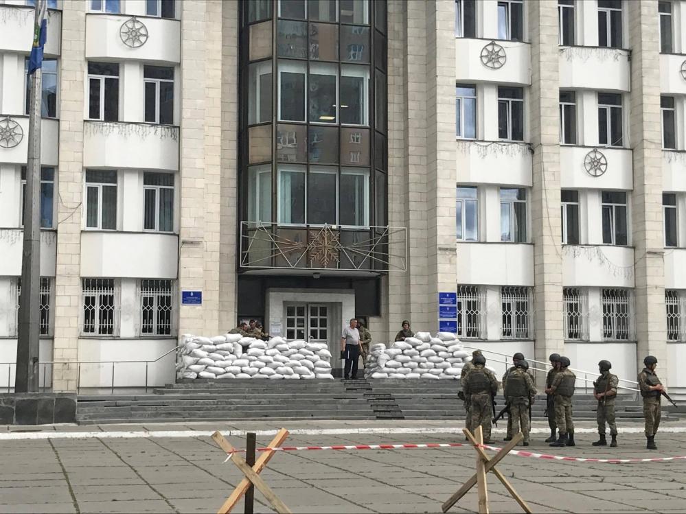 Военные у входа в здание