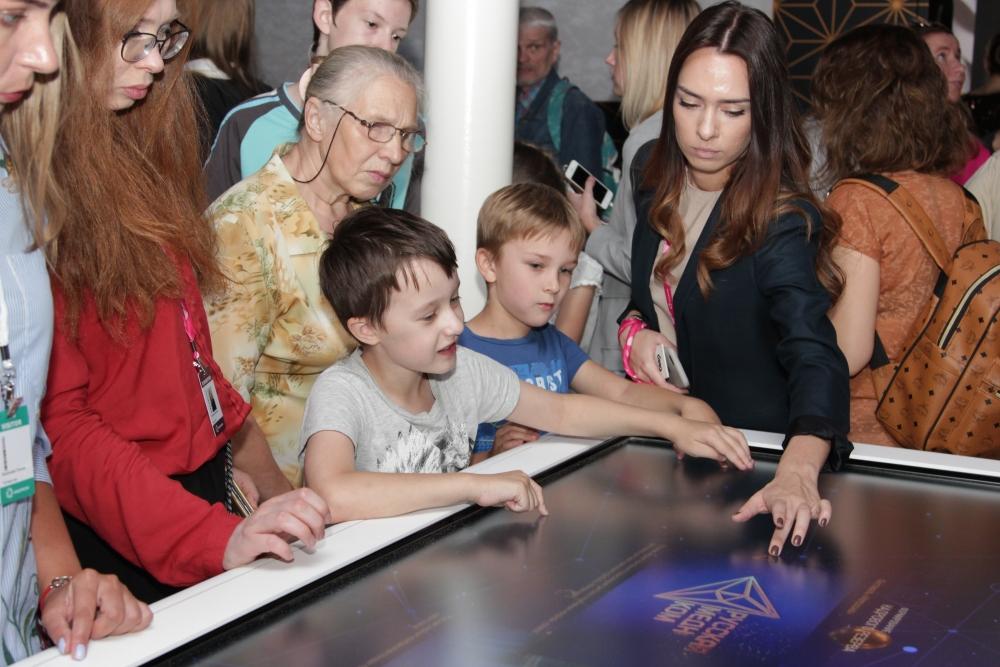 Интересно было, не только взрослым, но и детям. Многие стенды были разработаны специально для юных посетителей. Но тоже по теме экспозиции.