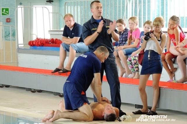 Сергей Дубницкий рассказывает детям, как правильно оказывать «первую помощь» утопающему.