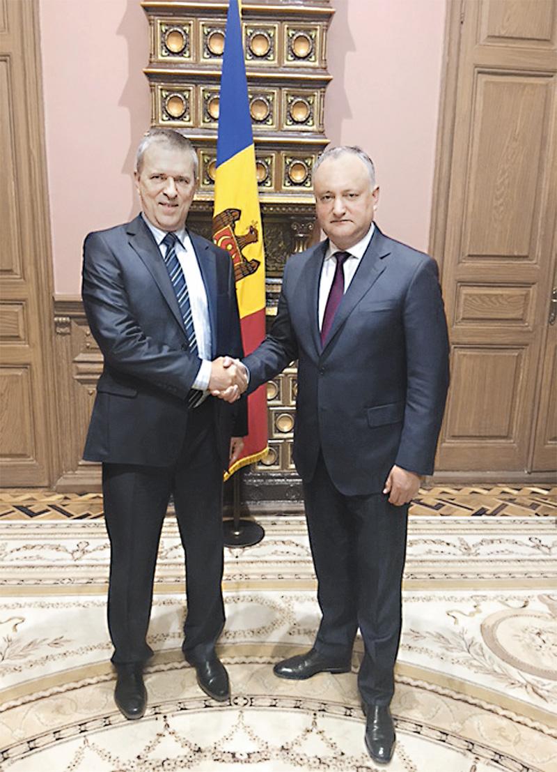 Игорь Додон (справа) - Игорю Черняку: «Спасибо руководству «АиФ» за то, что ваша газета издаётся в Молдове».