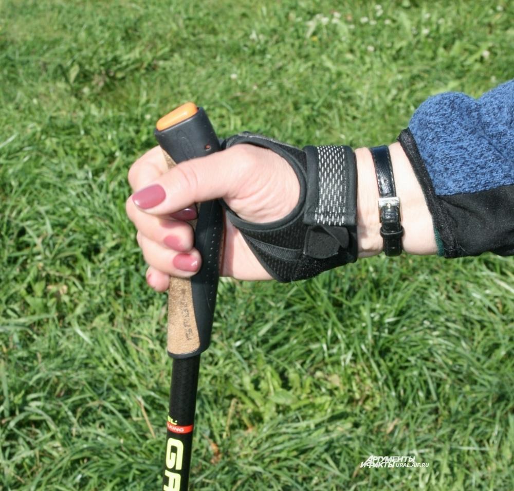 Палки должны иметь темляк типа «капкан», выполненный в форме полуперчатки и хорошо облегающий кисть руки. Такой темляк позволит не потерять палку.