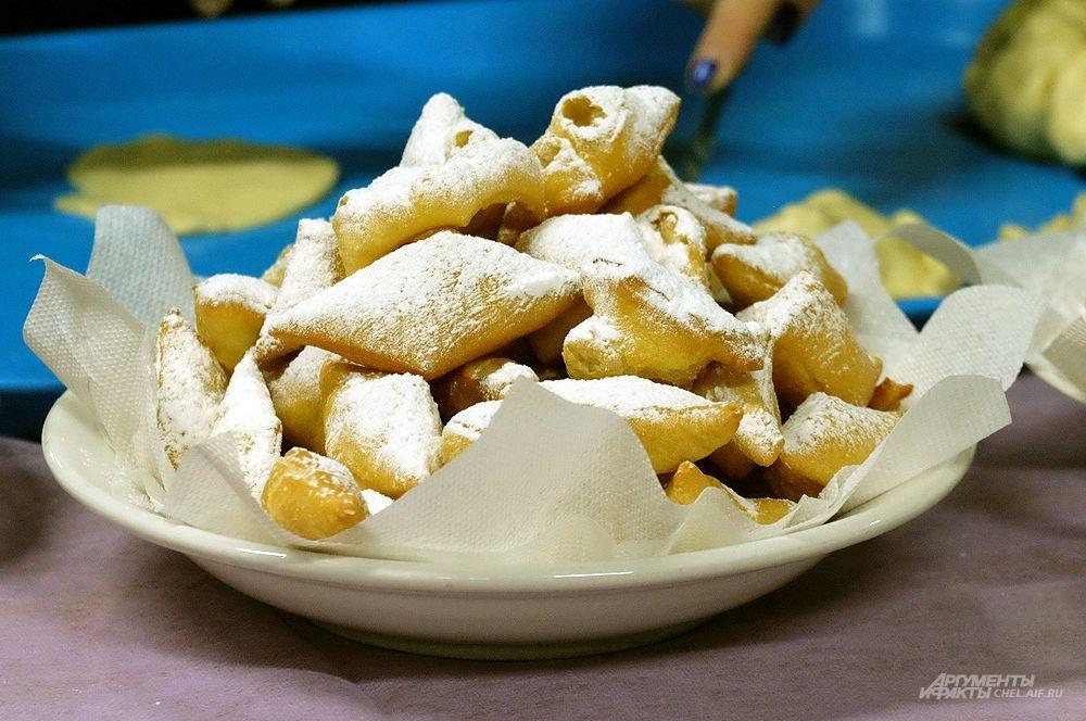 Горка золотистых баурсаков - обязательная часть традиционной трапезы.