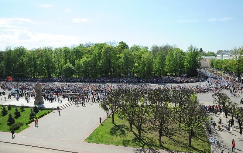 Колонна «Бессмертного полка» проходит по площади Ленина.