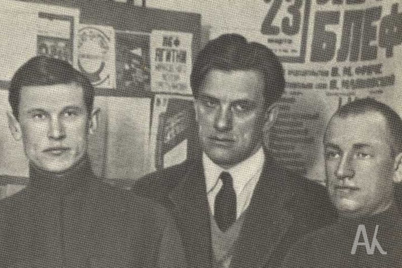 А. Фадеев, В. Маяковский, В. Ставский. На выставке Мая ковского «20 лет работы». 1930 год.