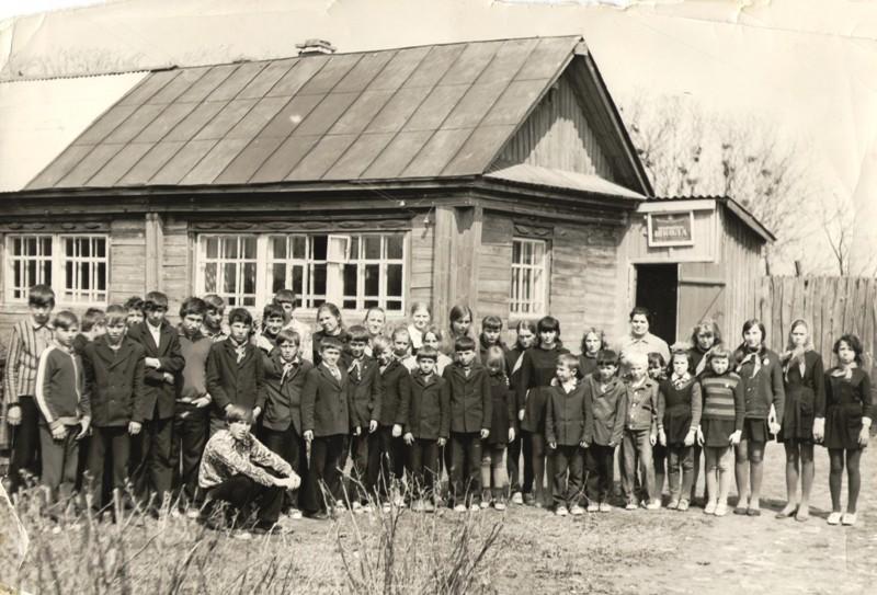 Ученики Волостниковской школы с директором В.М. Горшковой, 1976 г.