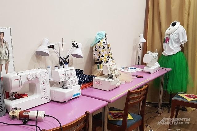 Женщин научат шить, чтобы они могли этим зарабатывать на жизнь.