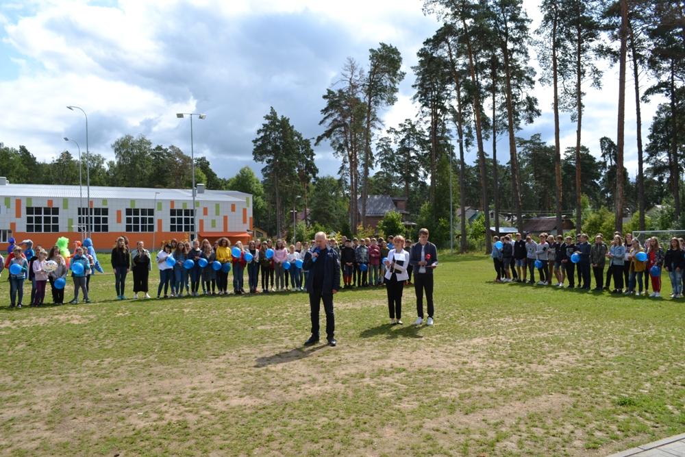 Юрий Базаров приветствует коллег.