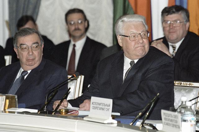 Премьер-министр РФ Евгений Примаков и Президент РФ Борис Ельцин во время заседания Совета глав государств СНГ. 1999 г.