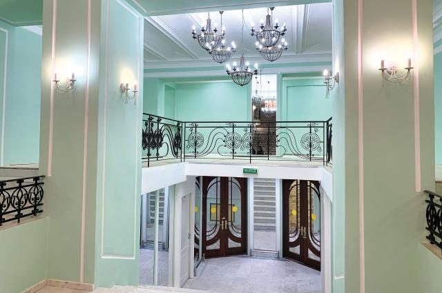 Отреставрированы зрительское фойе и старинная парадная лестница.