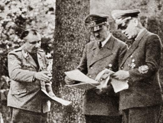 Мартин Борман (слева) и Адольф Гитлер (в центре)