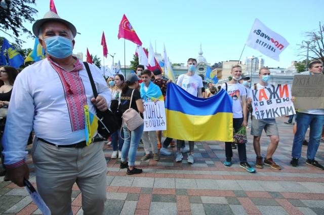 Участники акции протеста против преподавания на русском языке в школах Украины,
