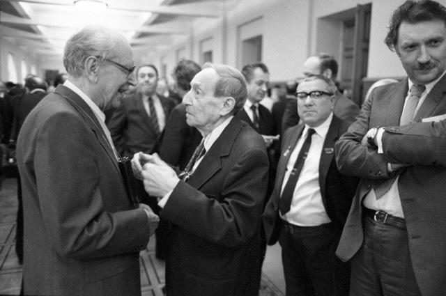 Лауреат государственной премии СССР Дмитрий Лихачёв (слева) беседует с русским советским писателем Вениамином Кавериным на VIII cъезде писателей СССР