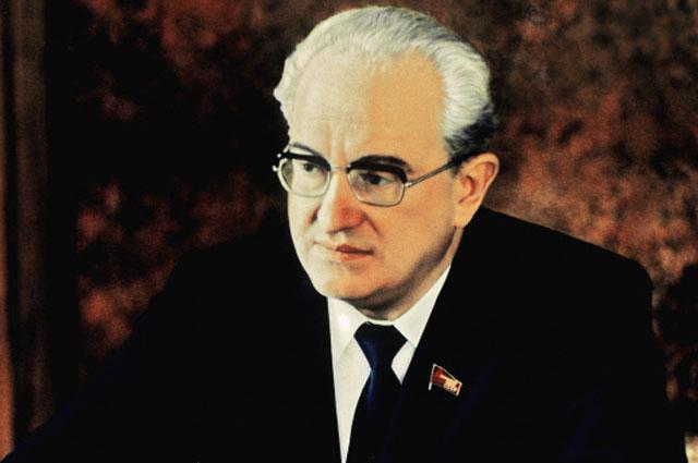Генеральный секретарь ЦК КПСС Юрий Владимирович Андропов в рабочем кабинете в Кремле. 1983 год