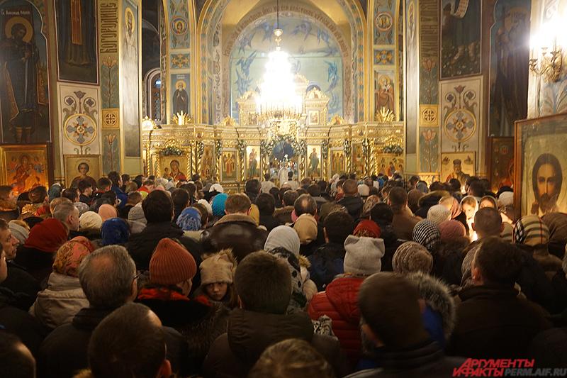 В центральном храме Перми, Свято-Троицком кафедральном соборе, было не протолкнуться.