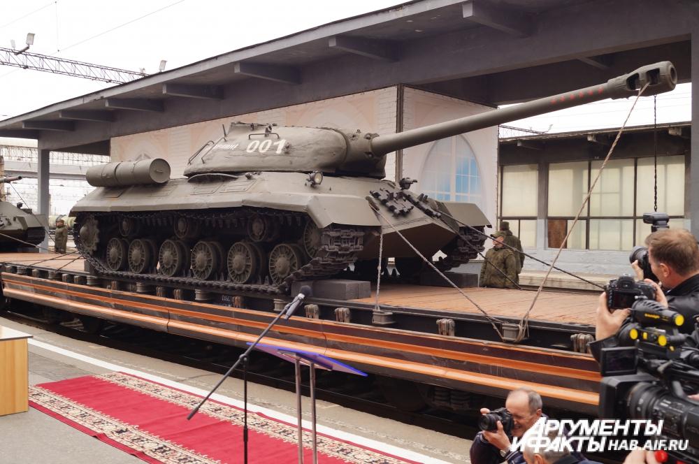Агитпоезд сопровождала военная техника.