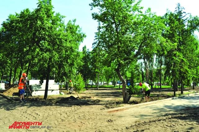 Высаживают крупномерные деревья.