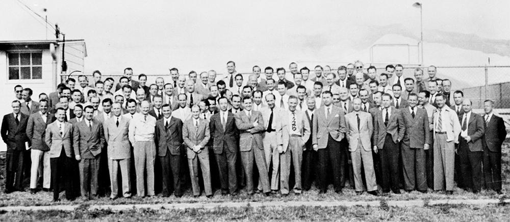 Участники операции «Скрепка» по эвакуации немецких учёных и конструкторов из разгромленного Третьего рейха в США. Вернер фон Браун 7-й справа в 1-м ряду.