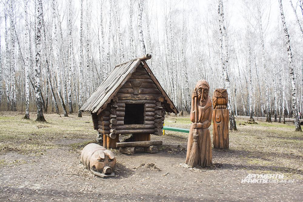 На Поляне сказок маленьких посетителей встречают деревянные изображения персонажей.