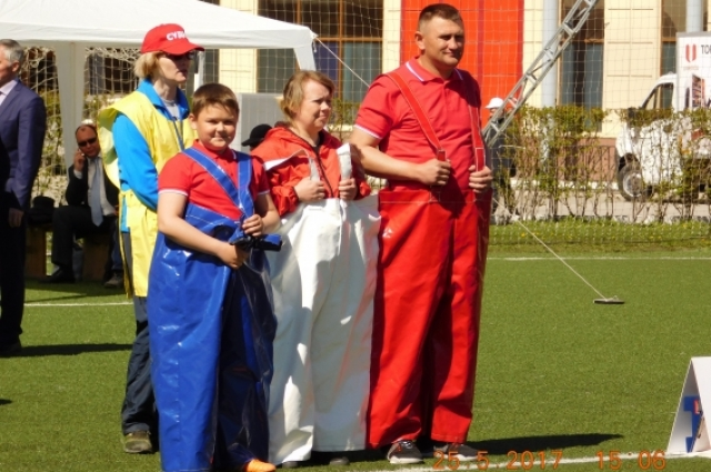 Семья Чадовых впервые участвует в таком спортивном празднике и полна впечатлений от преодоления полосы препятствий.